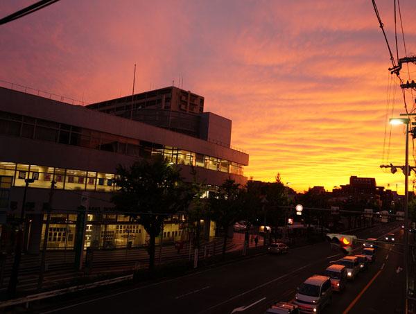 茨木郵便局前北寄りからの夕焼け