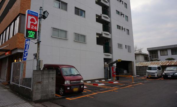 阪急・駅東駐車場入り口
