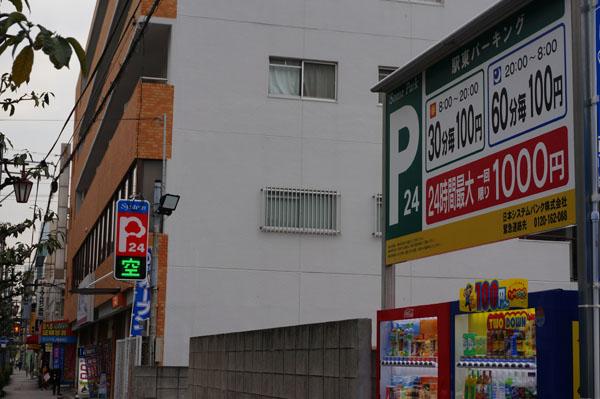 阪急・駅東駐車場入り口側