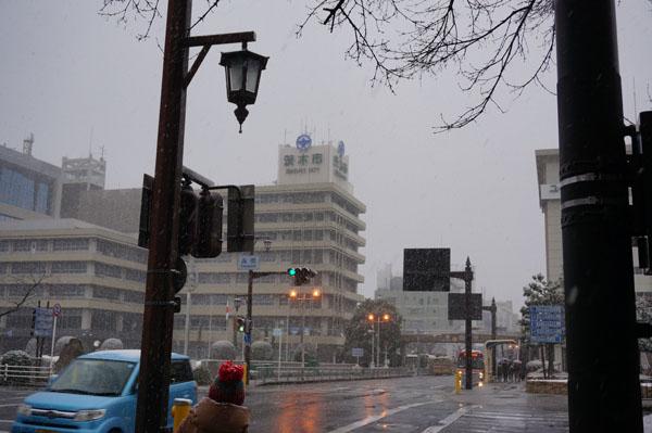 高橋交差点で雪