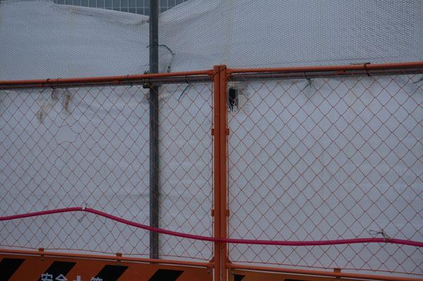 立命館工事の幕の穴DSC08141
