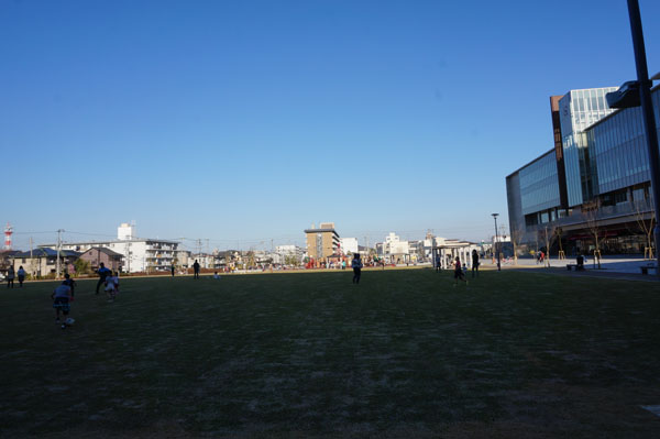 フューチャープラザ前の芝生全面DSC09891