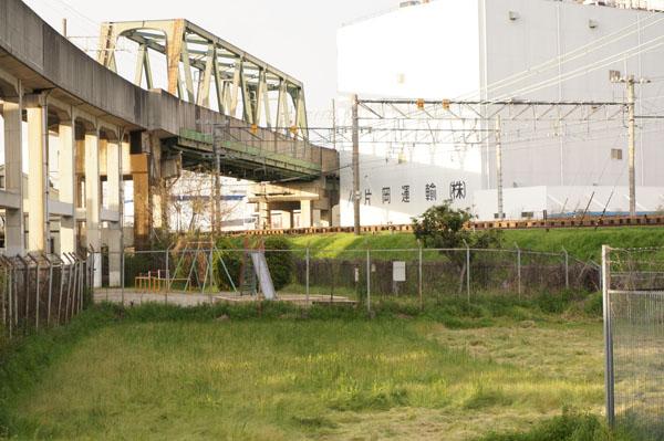 JR線路沿い向こうに公園