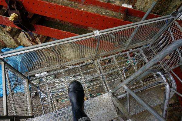 階段をおりる