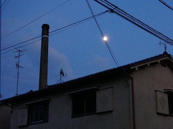 中条温泉の煙突と月