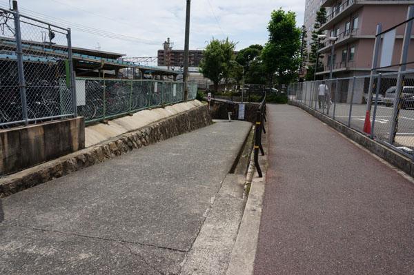 JR茨木駅の大阪寄り高架への入り口