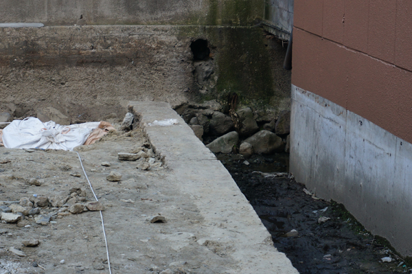 別院の塀の下の石垣