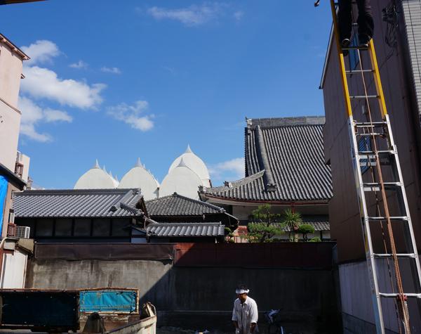 別院の隣に見える白い屋根