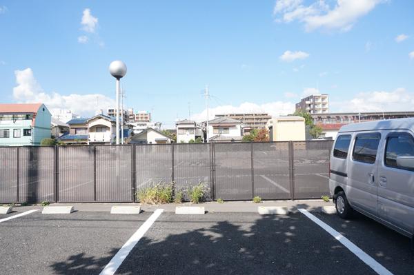 1006掘廣旭堂横から後ろの駐車場を見る