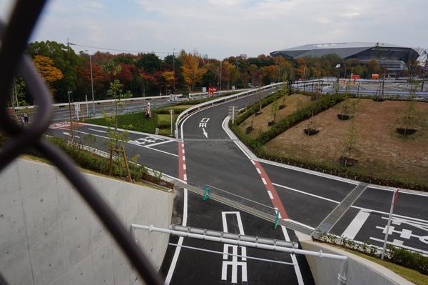 駐車場内の通路が交差