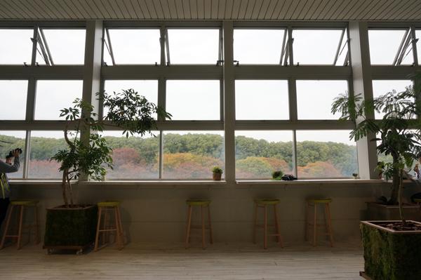 万博公園駅のカフェスペース