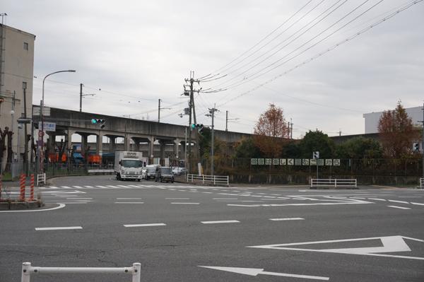 市場近くの道路交差点