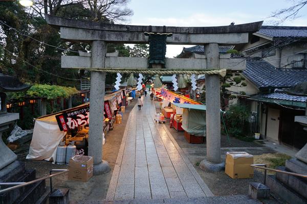 茨木神社に屋台が並んで準備