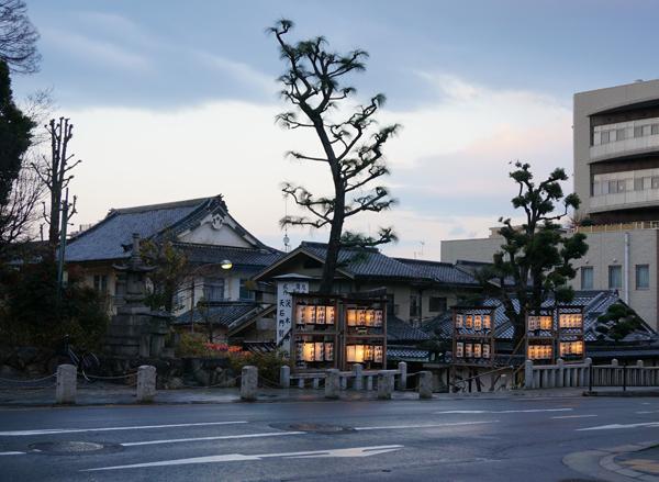 茨木神社の前