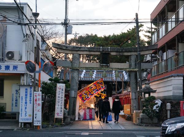 茨木神社の搦手門側も屋台が並んでいる
