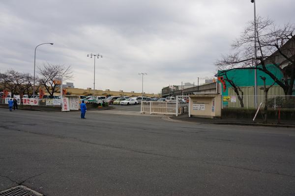 加工市場側の門