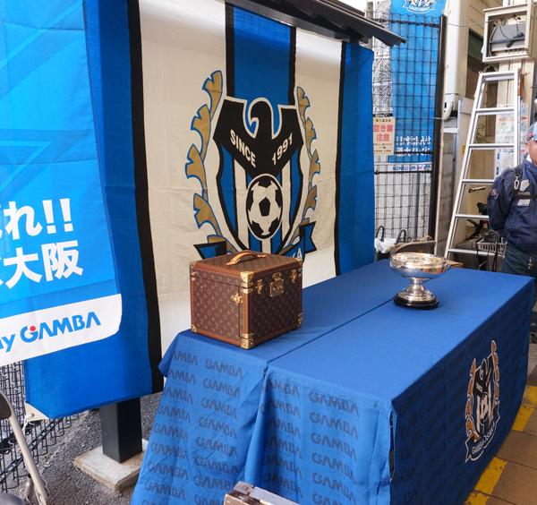商店街に天皇杯が展示されるDSC06658