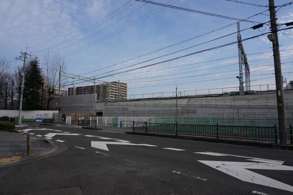 JR総持寺工事を新西河原橋から見る