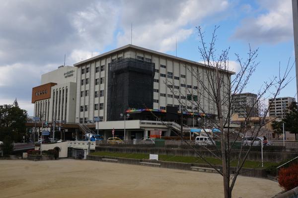 茨木市民会館を南グランドから見る