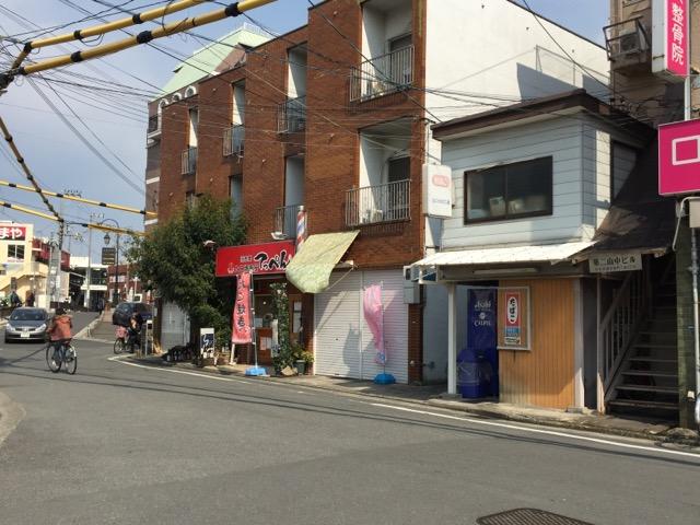 JR高架を出た新店舗工事の左がたこ焼き屋
