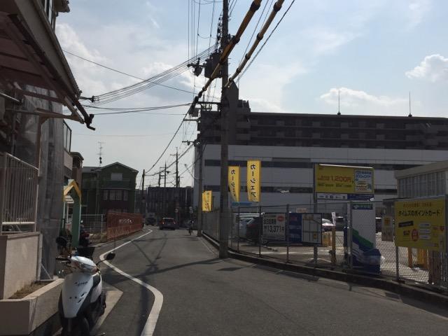 JR高架を出た新店舗工事の右は立命方面