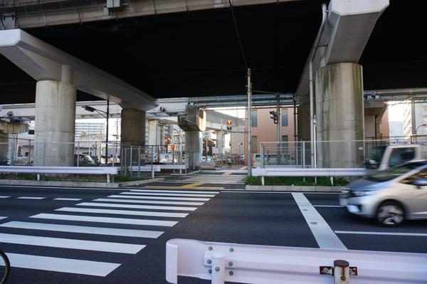 Q-3春日神社のほうへ横断歩道渡る