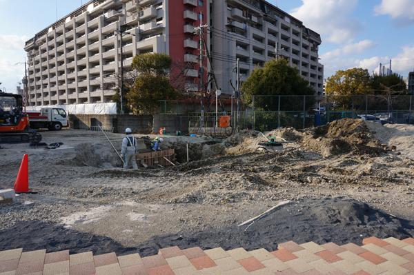0301歩道の先で穴を掘る