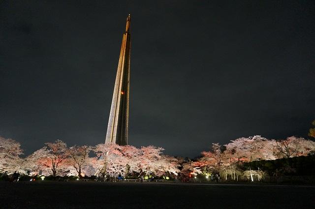 弁天さんの塔と桜