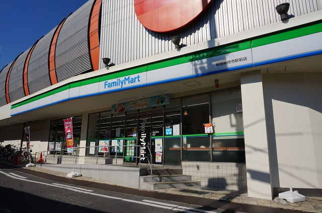 ファミマ総持寺駅前