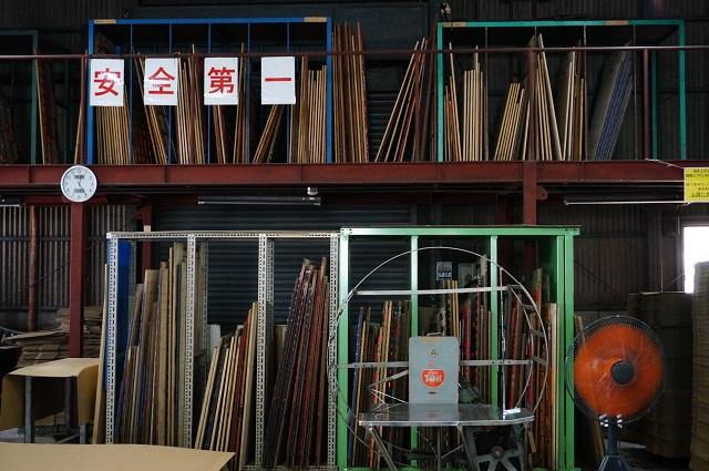 松起紙工の工場内木型置いてるところ