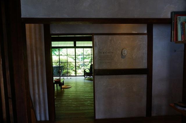 カフェ百花玄関正面ギャラリー入口