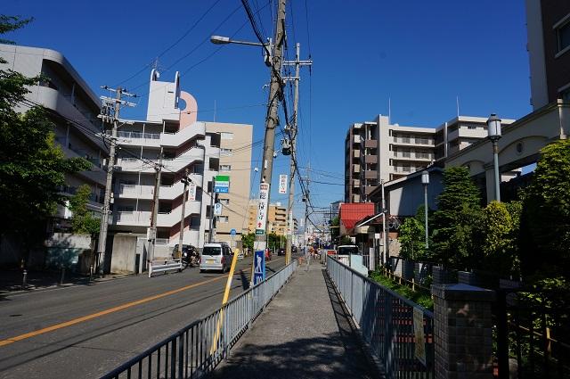 総持寺駅前の道路地面