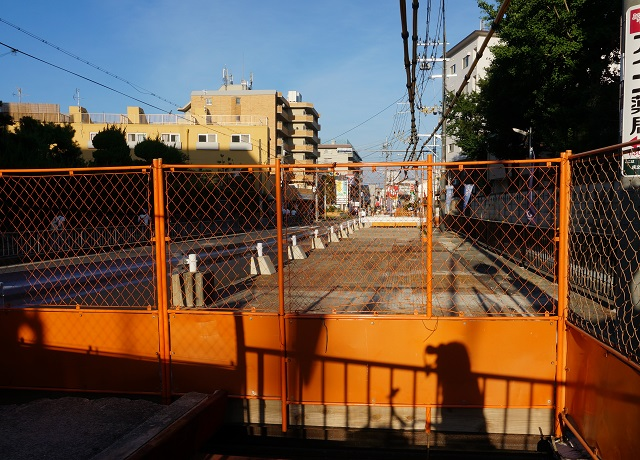 総持寺駅前の道路工事できている部分