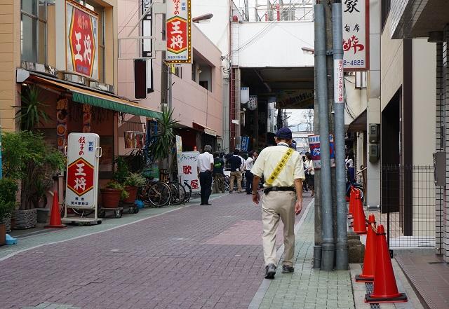 阪急本通商店街手前で