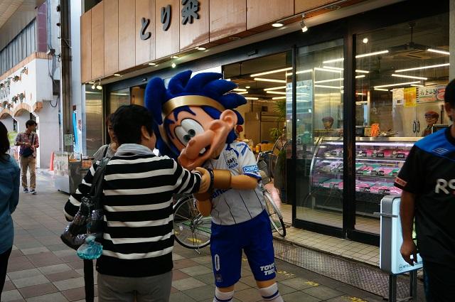 ガンバボーイが通行人と握手