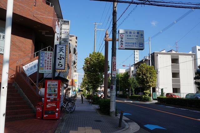 天ぷらとよのある手前の道