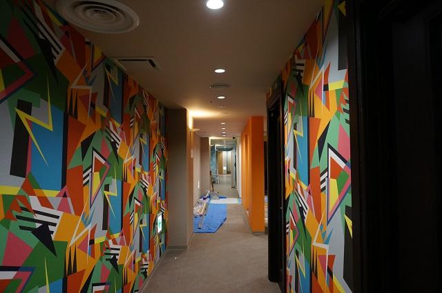 オルセーカラオケの廊下の壁DSC01837