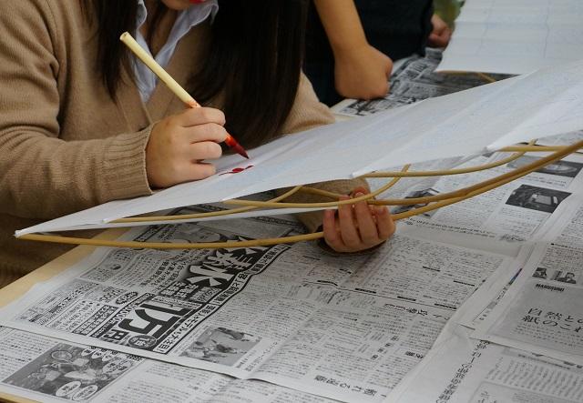 着物プロジェクト生徒の色塗り作業4DSC02102