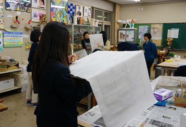 着物プロジェクト生徒の色塗り作業2DSC02086