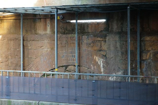 JR総持寺高架下のレンガのアーチDSC02945
