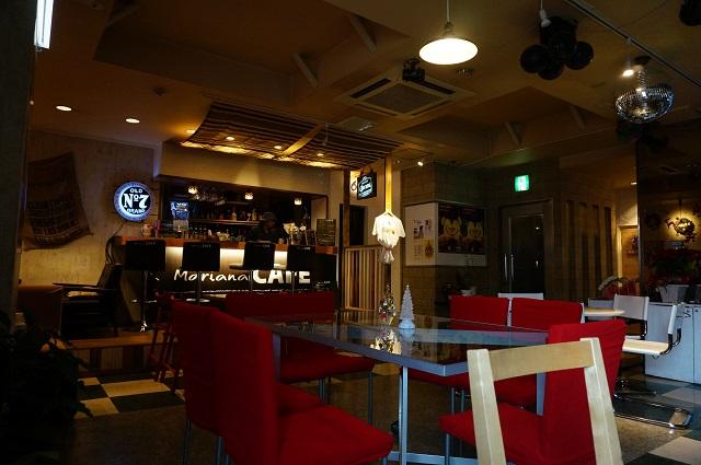 マリアナカフェ店内ソファ席からカウンターDSC02927