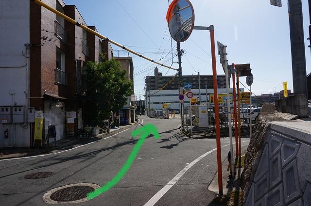 JR東側矢印入り分かれ道のところDSC01645