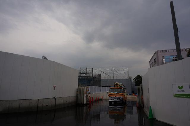 10R171沿いノア・インドアステージ門が開いてるDSC03865