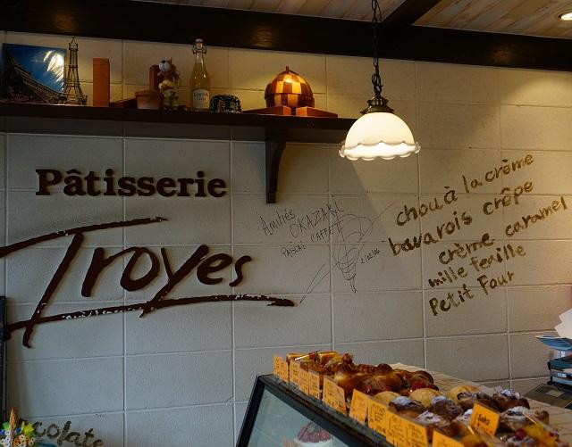 Troyes店内の壁にサインDSC04316
