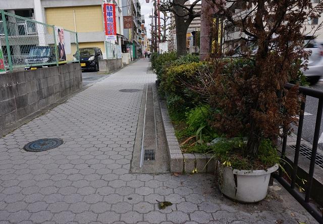 高瀬川通り阪急方面歩道にレール1DSC04327