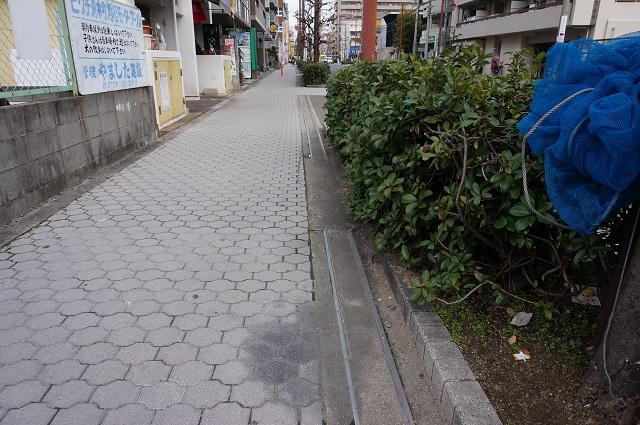 高瀬川通り阪急方面歩道にレール2DSC04330
