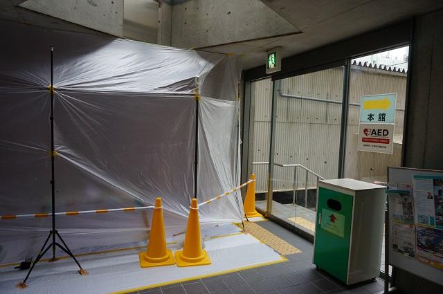 茨木市役所本館の南館側通路の角DSC04829