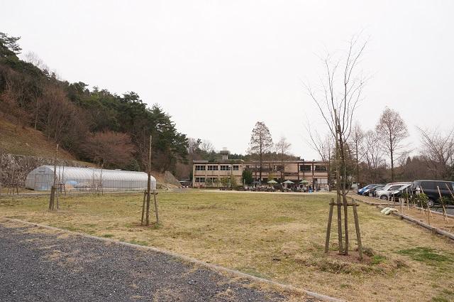 茨木里山センター広場から校舎建物のほうDSC05149