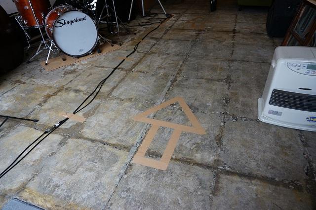 ツミキ食堂床の矢印DSC05541