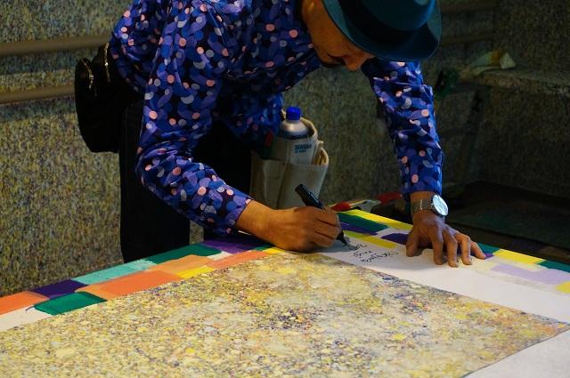 ハブイバラキで養生シートにサインする麦さんDSC05737